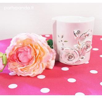 Balta eterinė žvakidė su baltomis gėlėmis