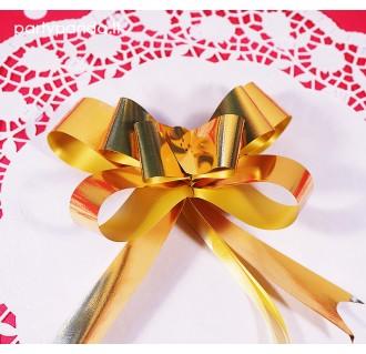Sutraukiamas aukso spalvos dovanų kaspinas