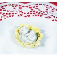 Maža angelo statula geltonoje gėlėje