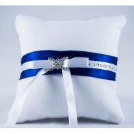 Megzta vestuvinė pagalvėlė žiedams su mėlynu kaspinėliu